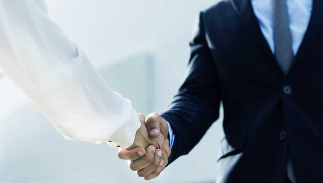 Empresarios estrechando la mano